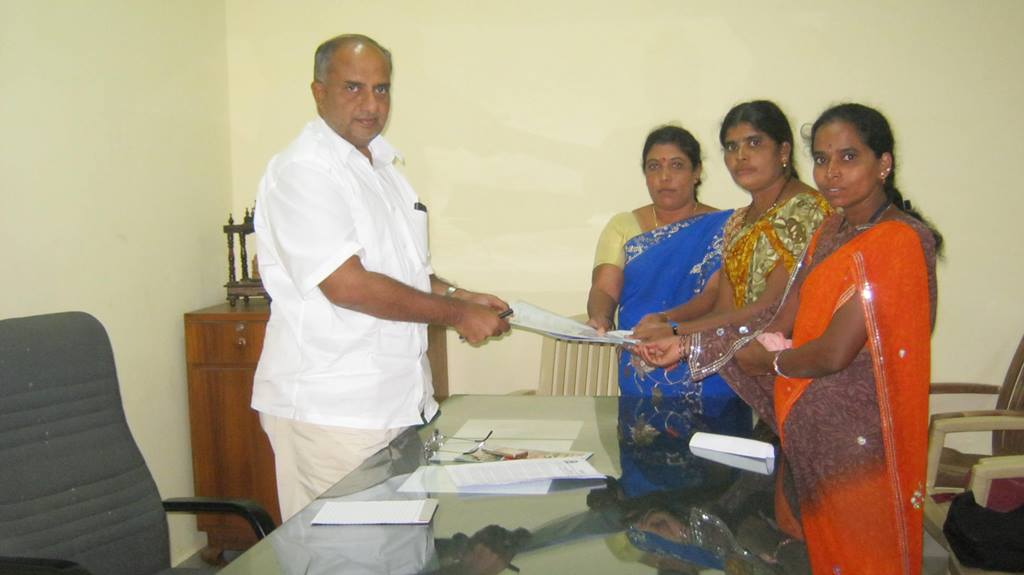 Sugrama memorandum submission to Mahadev Prasad Co-operative minister, Govt. of Karnataka